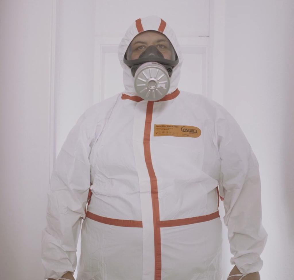 mann in weissem Anzug maske corona kurzfilm videoproduktion in frauenfeld ostschweiz