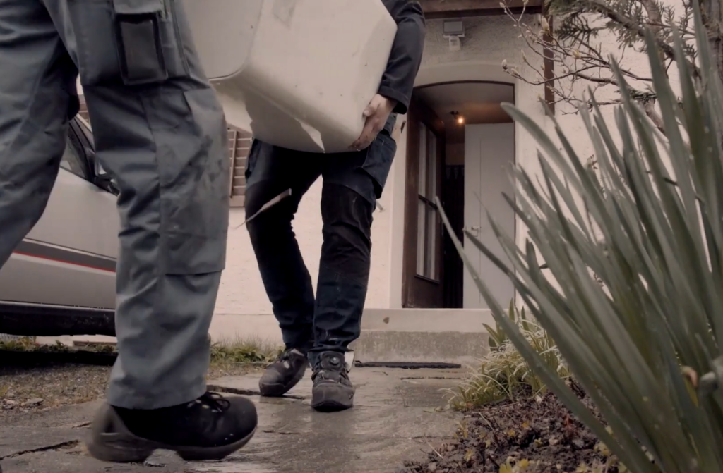 Arbeiter tragen Boiler bei Imagevideo, Werbevideo