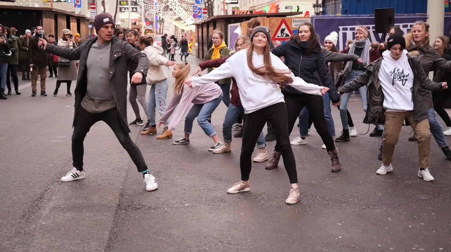Tanzende junge leute auf der Strasse bei eventvideo