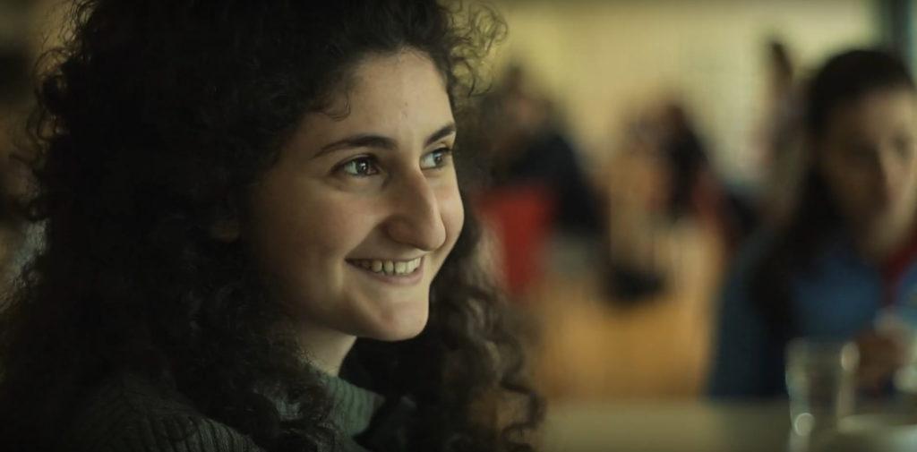 Lächelndes Mädchen aus Aftermovie des Camps beim Interview