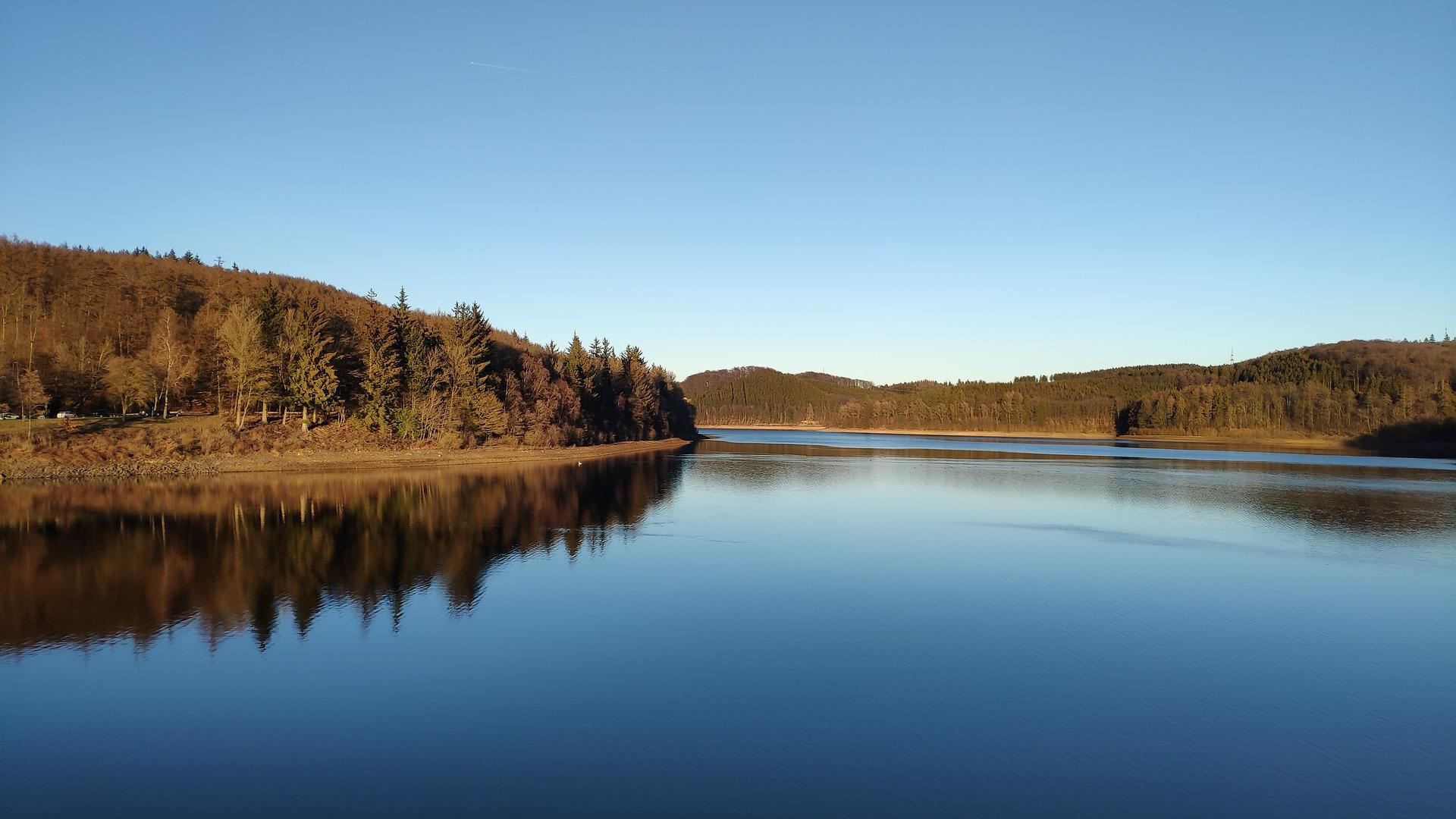 Herbstliche dronenaufnahme von landschaft mit see vom Filmproduzent Frederik van Breugel
